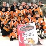 Atome A: L'équipe championne Les Rafales de SADM, bannière commandite de Line 2000 , M. Denis Labrie, représentant Hockey-Matane