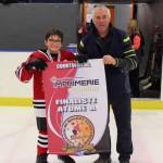 Atome A: Capitaine des Mariniers de Rimouski reçoit la bannière finaliste commandite de l'imprimerie Excalibur Matane de M. Dany Ratté, directeur Hockey Matane