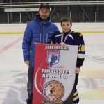 Atome B: Équipe finaliste, bannière commandite de l'École de Hockey Sport performance, remise par M. Éric Lévesque, propriétaire