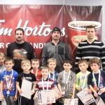 Timbits bleu: Les joueurs recevant un méritas et une médaille avec le personnel d'encadrement