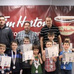 Timbits blanc: Les joueurs recevant un méritas et une médaille avec le personnel d'encadrement